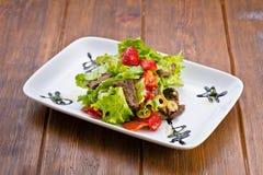 Εύγευστη φρέσκια σαλάτα με τα λαχανικά και το κρέας Στοκ φωτογραφίες με δικαίωμα ελεύθερης χρήσης