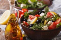 Εύγευστη φρέσκια σαλάτα με το arugula, το τυρί φέτας και τις ντομάτες Στοκ Εικόνες