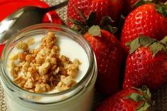Εύγευστη φρέσκια φράουλα, δημητριακά με το γιαούρτι Στοκ Εικόνες