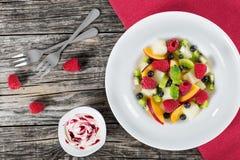 Εύγευστη φρούτων και μούρων σαλάτα που διακοσμείται θερινή με τη μέντα leav Στοκ Φωτογραφία