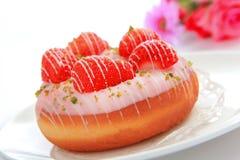 εύγευστη doughnut φράουλα Στοκ φωτογραφίες με δικαίωμα ελεύθερης χρήσης