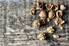Εύγευστοι καρύδια και καρυοθραύστης σε έναν παλαιό ξύλινο πίνακα, copyspace, σύνολο Στοκ φωτογραφία με δικαίωμα ελεύθερης χρήσης