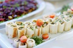 Εύγευστοι ρόλοι χοιρινού κρέατος με τα λαχανικά που εξυπηρετούνται σε ένα κόμμα ή μια δεξίωση γάμου Στοκ Φωτογραφία