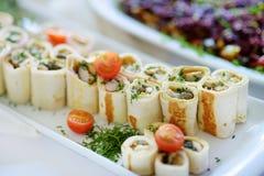 Εύγευστοι ρόλοι χοιρινού κρέατος με τα λαχανικά που εξυπηρετούνται σε ένα κόμμα ή μια δεξίωση γάμου Στοκ εικόνες με δικαίωμα ελεύθερης χρήσης