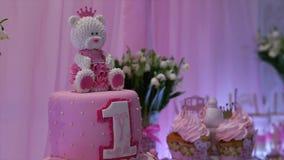 Εύγευστος γλυκός μπουφές με τα cupcakes, γλυκός μπουφές διακοπών με τα cupcakes και τις μαρέγκες και άλλα επιδόρπια απόθεμα βίντεο