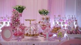 Εύγευστος γλυκός μπουφές με τα cupcakes, γλυκός μπουφές διακοπών με τα cupcakes και τις μαρέγκες και άλλα επιδόρπια φιλμ μικρού μήκους