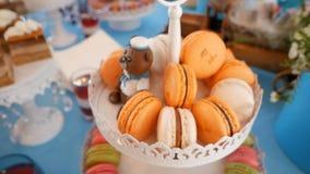 Φραγμός καραμελών Εύγευστος γλυκός μπουφές με macaroons απόθεμα βίντεο