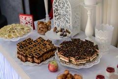 Εύγευστος γλυκός μπουφές με τα cupcakes, τα γυαλιά tiramisu και άλλο Στοκ Εικόνες