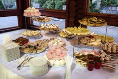 Εύγευστος διακοσμημένος φραγμός καραμελών, γλυκά στους πίνακες για το γάμο rece στοκ εικόνα με δικαίωμα ελεύθερης χρήσης