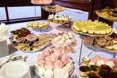 Εύγευστος διακοσμημένος φραγμός καραμελών, γλυκά στους πίνακες για το γάμο rece στοκ φωτογραφία