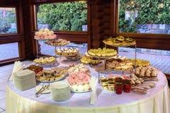 Εύγευστος διακοσμημένος φραγμός καραμελών, γλυκά στους πίνακες για το γάμο rece στοκ φωτογραφία με δικαίωμα ελεύθερης χρήσης