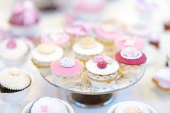 Εύγευστος ζωηρόχρωμος γάμος cupcakes Στοκ Εικόνες