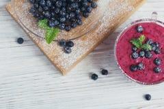 Εύγευστος καταφερτζής μυρτίλλων με τα φρέσκα μούρα Φρέσκο πνεύμα γιαουρτιού Στοκ Φωτογραφία