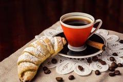 Εύγευστος καφές με croissant, ένα φλιτζάνι του καφέ και croissants ένα W στοκ εικόνες με δικαίωμα ελεύθερης χρήσης
