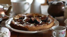 Εύγευστος ξινός με τα φρέσκα σύκα και τυρί αιγών στον αγροτικό ξύλινο πίνακα φιλμ μικρού μήκους