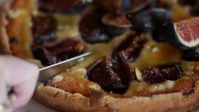 Εύγευστος ξινός με τα φρέσκα σύκα και τυρί αιγών στον αγροτικό ξύλινο πίνακα απόθεμα βίντεο