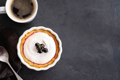 Εύγευστος ξινός που διακοσμείται με merengue και μούρα, που εξυπηρετούνται στην άσπρη αγροτική σύνθεση, με το διάστημα αντιγράφων στοκ φωτογραφία