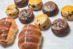 Εύγευστος ρόλος ψωμιού λουκάνικων κινηματογραφήσεων σε πρώτο πλάνο και φρέσκα νόστιμα scones στο W στοκ εικόνα με δικαίωμα ελεύθερης χρήσης