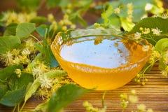 Εύγευστος το μέλι στο βάζο στον πίνακα Στοκ φωτογραφίες με δικαίωμα ελεύθερης χρήσης