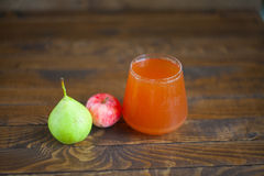 Εύγευστος φρέσκος συμπιεσμένος χυμός Apple-αχλαδιών στο διαφανές γυαλί Στοκ Φωτογραφίες