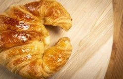 Εύγευστος croissant στο ξύλο Στοκ Εικόνες