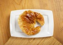 Εύγευστος croissant στο πιάτο Στοκ Εικόνες