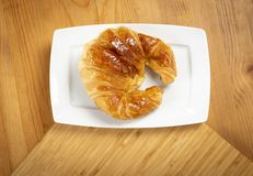Εύγευστος croissant στο πιάτο Στοκ φωτογραφίες με δικαίωμα ελεύθερης χρήσης