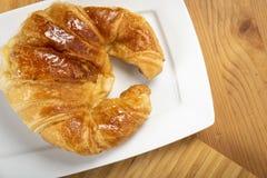 Εύγευστος croissant στο πιάτο Στοκ εικόνα με δικαίωμα ελεύθερης χρήσης