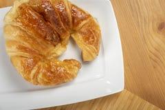 Εύγευστος croissant στο πιάτο Στοκ εικόνες με δικαίωμα ελεύθερης χρήσης