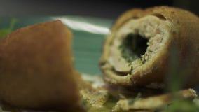 Εύγευστος cutlet με την πρασινάδα μέσα στο πιάτο στο εστιατόριο απόθεμα βίντεο