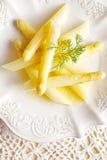 Εύγευστο άσπρο βρασμένο στον ατμό σπαράγγι στο άσπρο πιάτο Στοκ Φωτογραφία