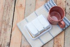 Εύγευστο άσπρο κέικ και κενό φλυτζάνι καφέ Στοκ Εικόνες