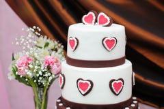 Εύγευστο άσπρο και καφετί γαμήλιο κέικ Στοκ φωτογραφία με δικαίωμα ελεύθερης χρήσης