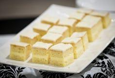 Εύγευστο άσπρο, παγωμένο πιάτο επιδορπίων Στοκ Εικόνες