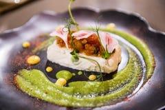 Εύγευστο γαστρονομικό πιάτο σε ένα καφετί πιάτο Στοκ Εικόνες