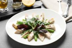 Εύγευστο γεύμα με το κοτόπουλο, το arugula, το σπανάκι και το βασιλικό Στοκ εικόνα με δικαίωμα ελεύθερης χρήσης