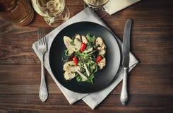 Εύγευστο γεύμα με το κοτόπουλο, το arugula, το σπανάκι και το βασιλικό Στοκ φωτογραφία με δικαίωμα ελεύθερης χρήσης