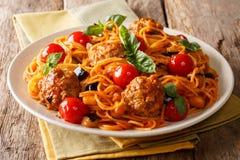 Εύγευστο γεύμα: σφαίρες κρέατος με τα μακαρόνια ζυμαρικών, μελιτζάνα και στοκ φωτογραφίες