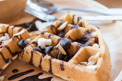 Εύγευστο γλυκό επιδόρπιο: σπιτική βάφλα με τη σάλτσα σοκολάτας Στοκ φωτογραφία με δικαίωμα ελεύθερης χρήσης