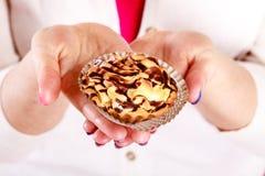Εύγευστο γλυκό cupcake στα ανθρώπινα χέρια gluttony Στοκ Εικόνα