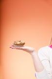 Εύγευστο γλυκό cupcake στο ανθρώπινο χέρι gluttony Στοκ Εικόνες