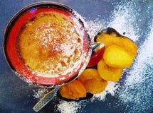 Εύγευστο δοχείο Crème brû lée με τα βερίκοκα και το αναδρομικό εκλεκτής ποιότητας κουτάλι στοκ φωτογραφίες με δικαίωμα ελεύθερης χρήσης