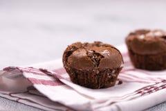Εύγευστο επιδόρπιο με ένα μουτζουρωμένο υπόβαθρο Mafins, cupcakes στοκ φωτογραφίες