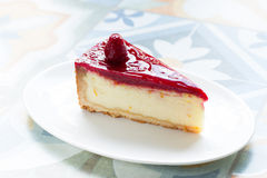 Εύγευστο, λεπτό cheesecake με τη σάλτσα σμέουρων Στοκ Εικόνα