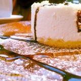 εύγευστο λευκό πιάτων μαρμελάδας επιδορπίων κερασιών τυριών κέικ Στοκ Εικόνες
