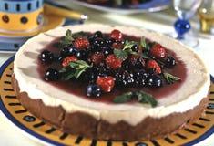 εύγευστο λευκό πιάτων μαρμελάδας επιδορπίων κερασιών τυριών κέικ Στοκ φωτογραφία με δικαίωμα ελεύθερης χρήσης
