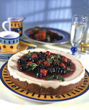 εύγευστο λευκό πιάτων μαρμελάδας επιδορπίων κερασιών τυριών κέικ Στοκ εικόνα με δικαίωμα ελεύθερης χρήσης