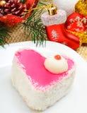 Εύγευστο διαμορφωμένο καρδιά κέικ Χριστουγέννων με τα τσιπ καρύδων στο chri στοκ εικόνα