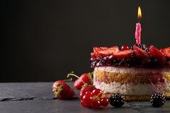 Εύγευστο κέικ γενεθλίων σμέουρων Στοκ εικόνα με δικαίωμα ελεύθερης χρήσης