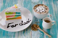 Εύγευστο κέικ και latte τέχνη ουράνιων τόξων Στοκ Φωτογραφίες